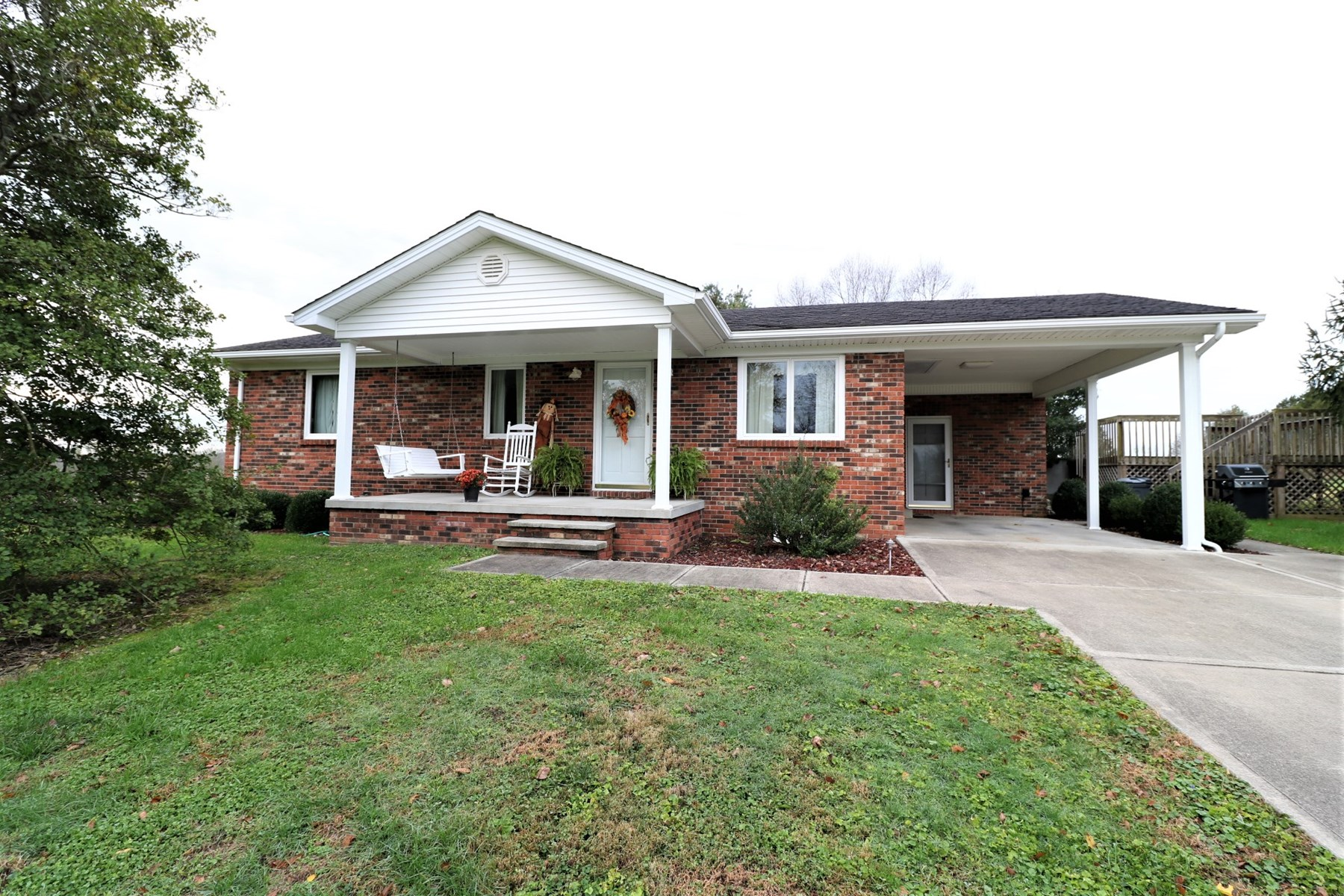 Brick home for sale with pool on 1.75 acres Middleburg KY