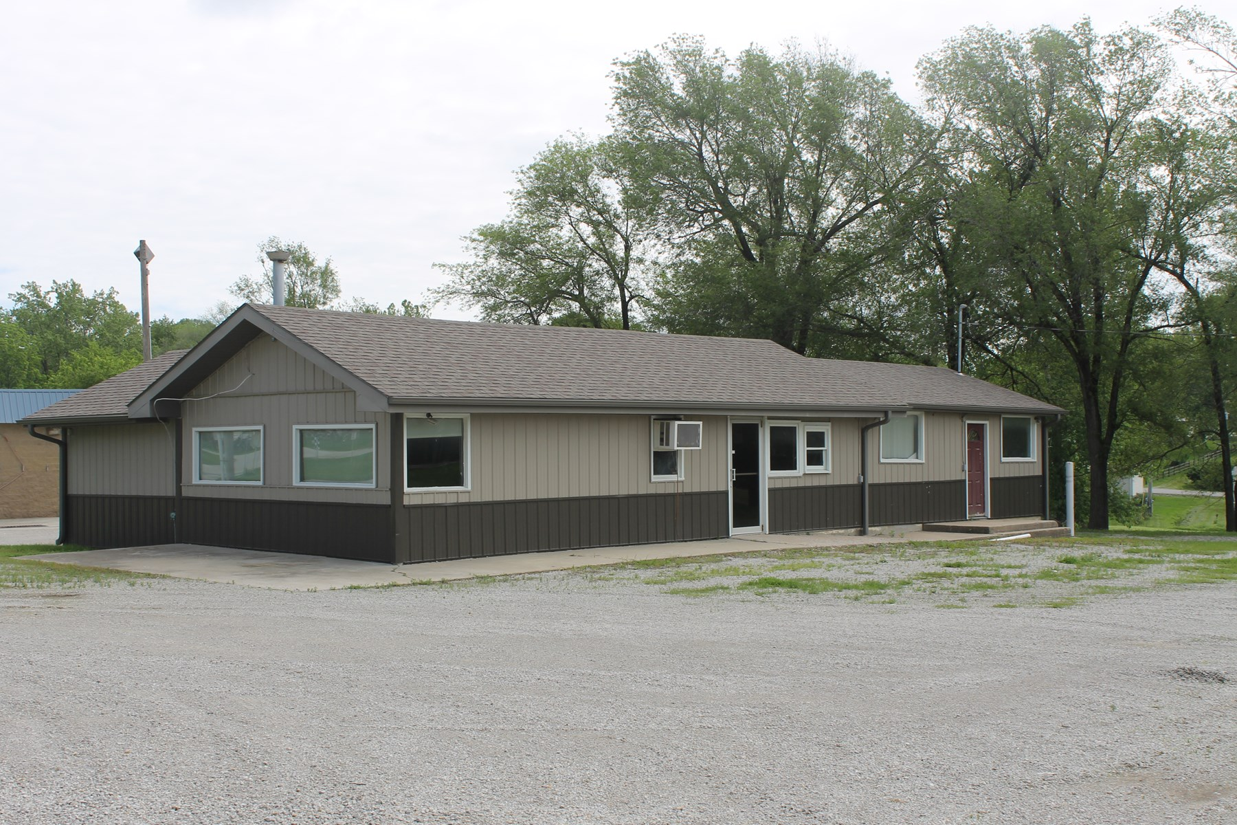 COMMERCIAL BUILDING FOR SALE IN HAMILTON MO