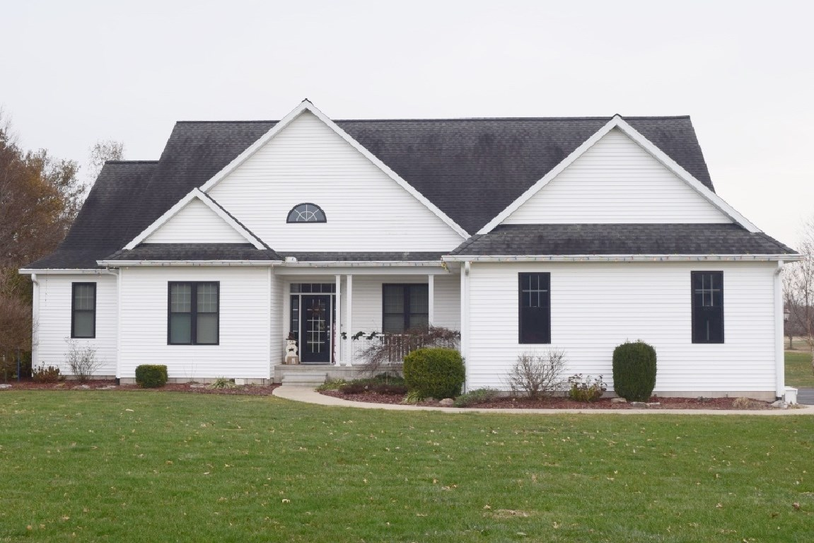 Beautiful 3 Bedroom, 3 Bath Country Home, Close to Town