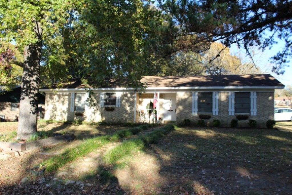 BRICK HOME FOR SALE IN PALESTINE CITY LIMITS