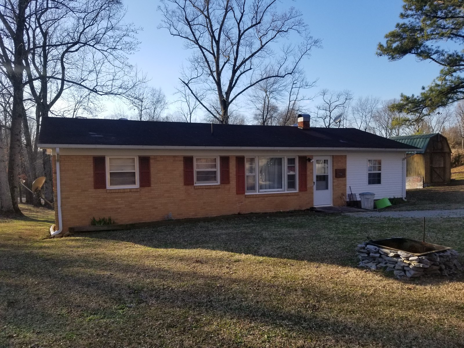 WAYNE CO TN 4 BEDROOM 2 BATH BRICK HOME FOR SALE .9 ACRE
