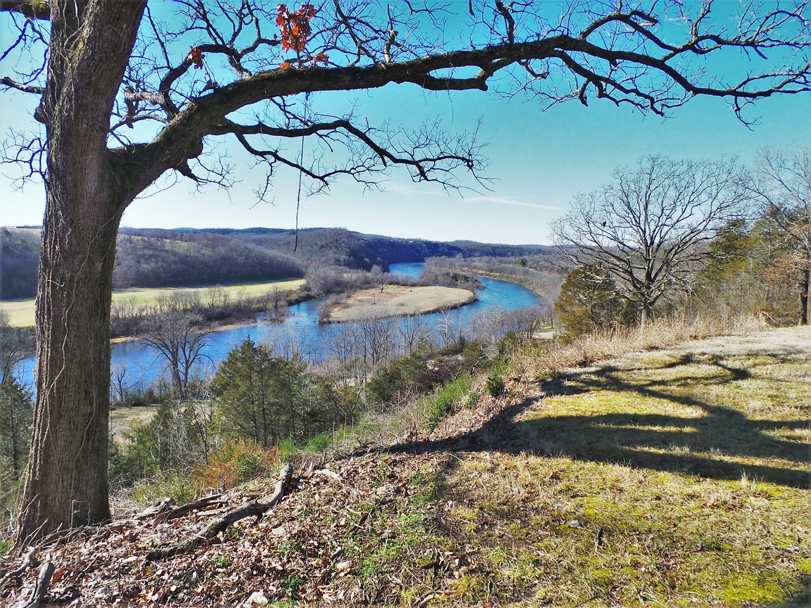 OVERLOOKS WHITE RIVER IN TOWN OF COTTER AR