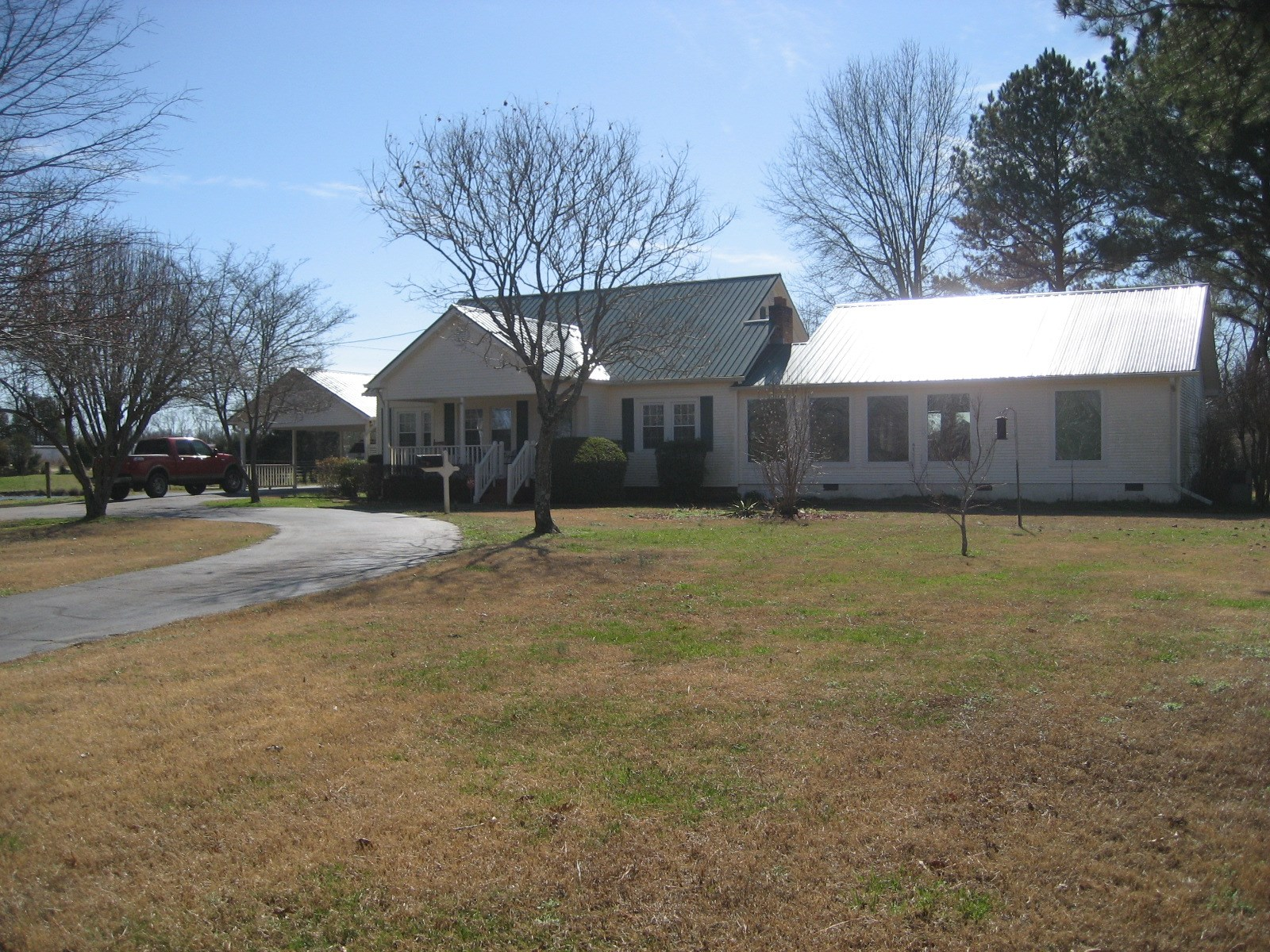 MINI FARM FOR SALE IN TN WITH BARN, PASTURE, POND, 6 BR HOME