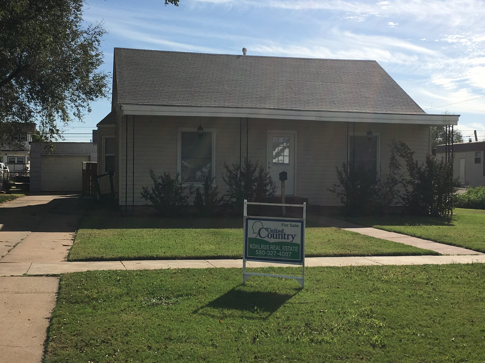 3 bedroom home within walking distance of Alva's Downtown!