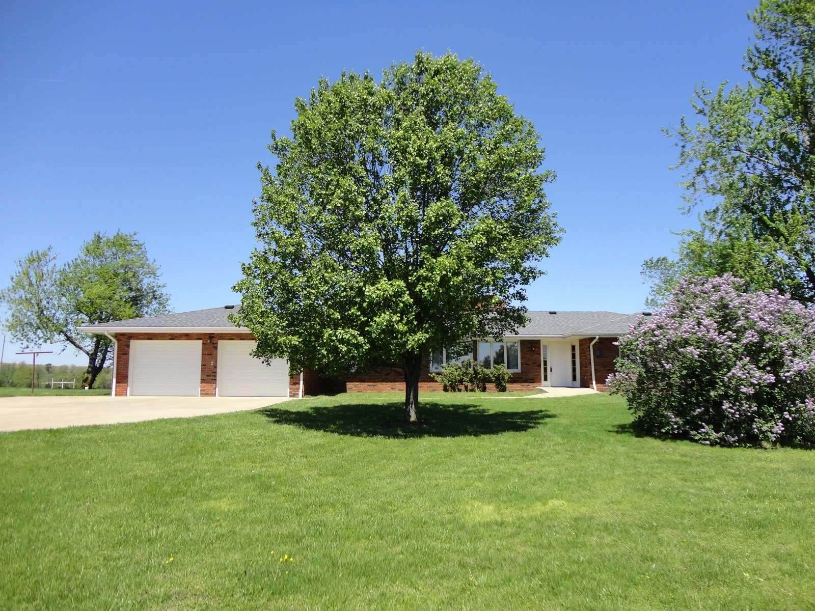LOVELY BRICK HOME ON 10 ACRES BETWEEN SALEM AND ROLLA!