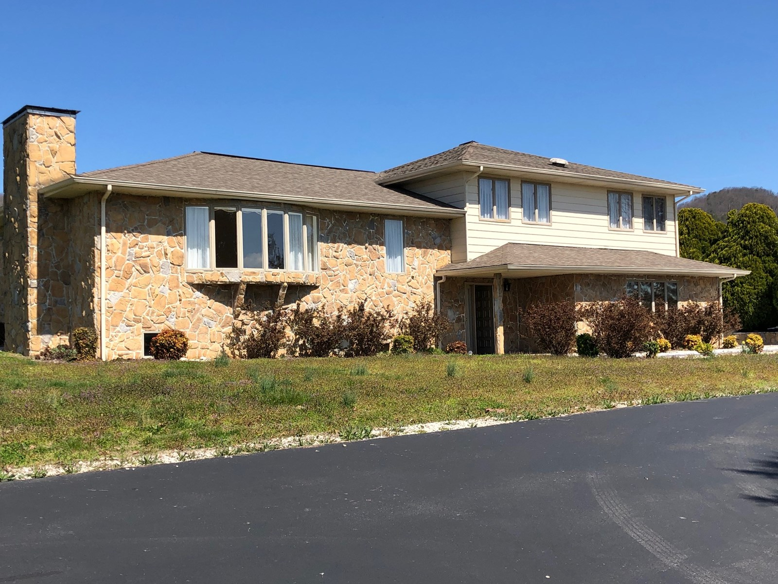 3 BR, 2 1/2 BA Stone Home Overlooking Cherokee Lake