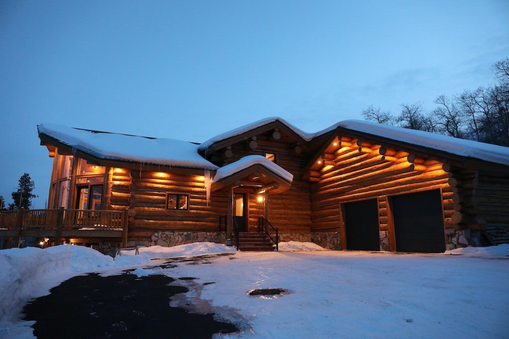Log home offers hunting fishing boating snowmobiling skiing
