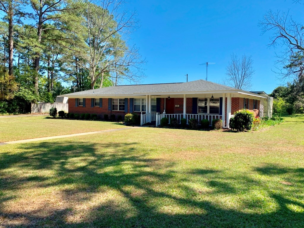 3B/2B OLDER BRICK HOME NEAR SCHOOLS FOR SALE HARTFORD, AL