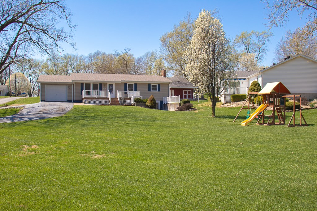 Carlinville Ranch w/3-4 Bedrooms, Pool, Walk-out Basement
