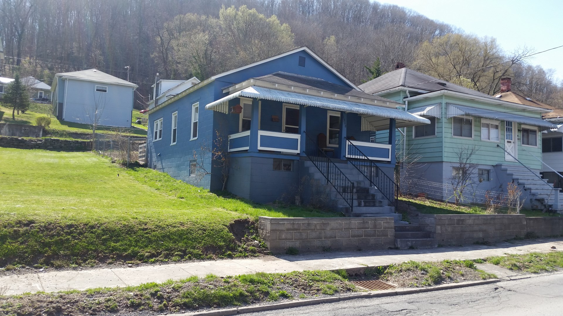 COZY HOME IN HISTORIC RIVER AND RAILROAD TOWN, HINTON,WV