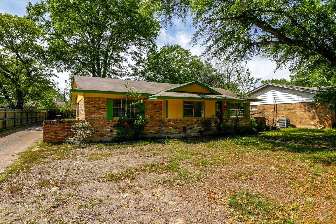 HOME FOR SALE IN CONVENIENT LOCATION IN TYLER