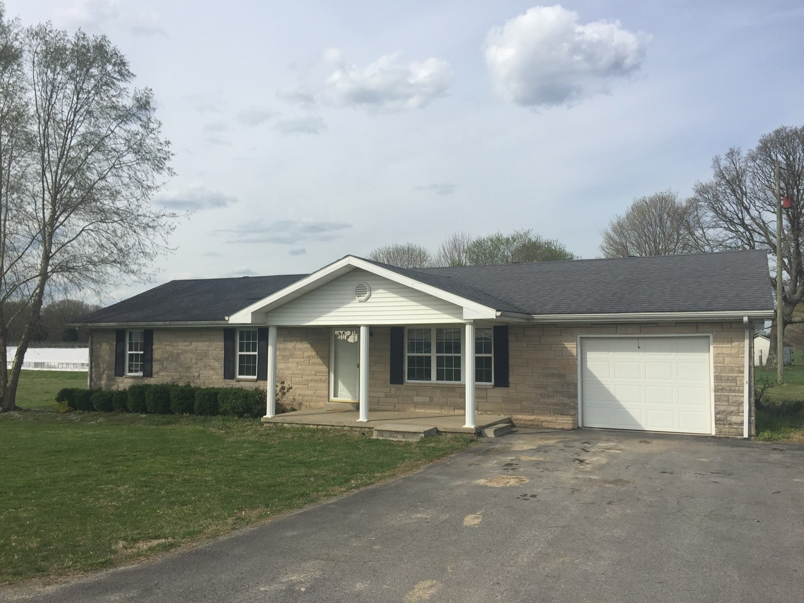 COUNTRY HOME WITH 4 BEDROOMS & ATTACHED GARAGE - LIBERTY, KY