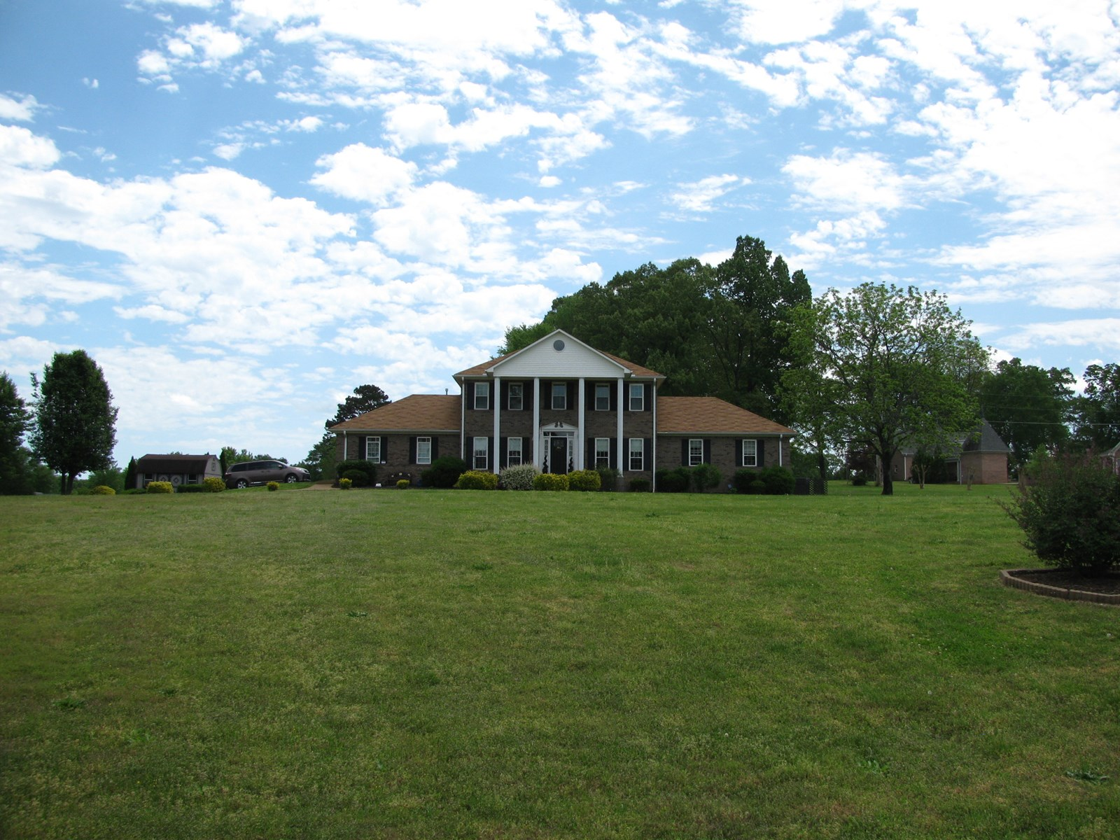 BEAUTIFUL COUNTRY HOME IN TN FOR SALE, POOL, GARAGE