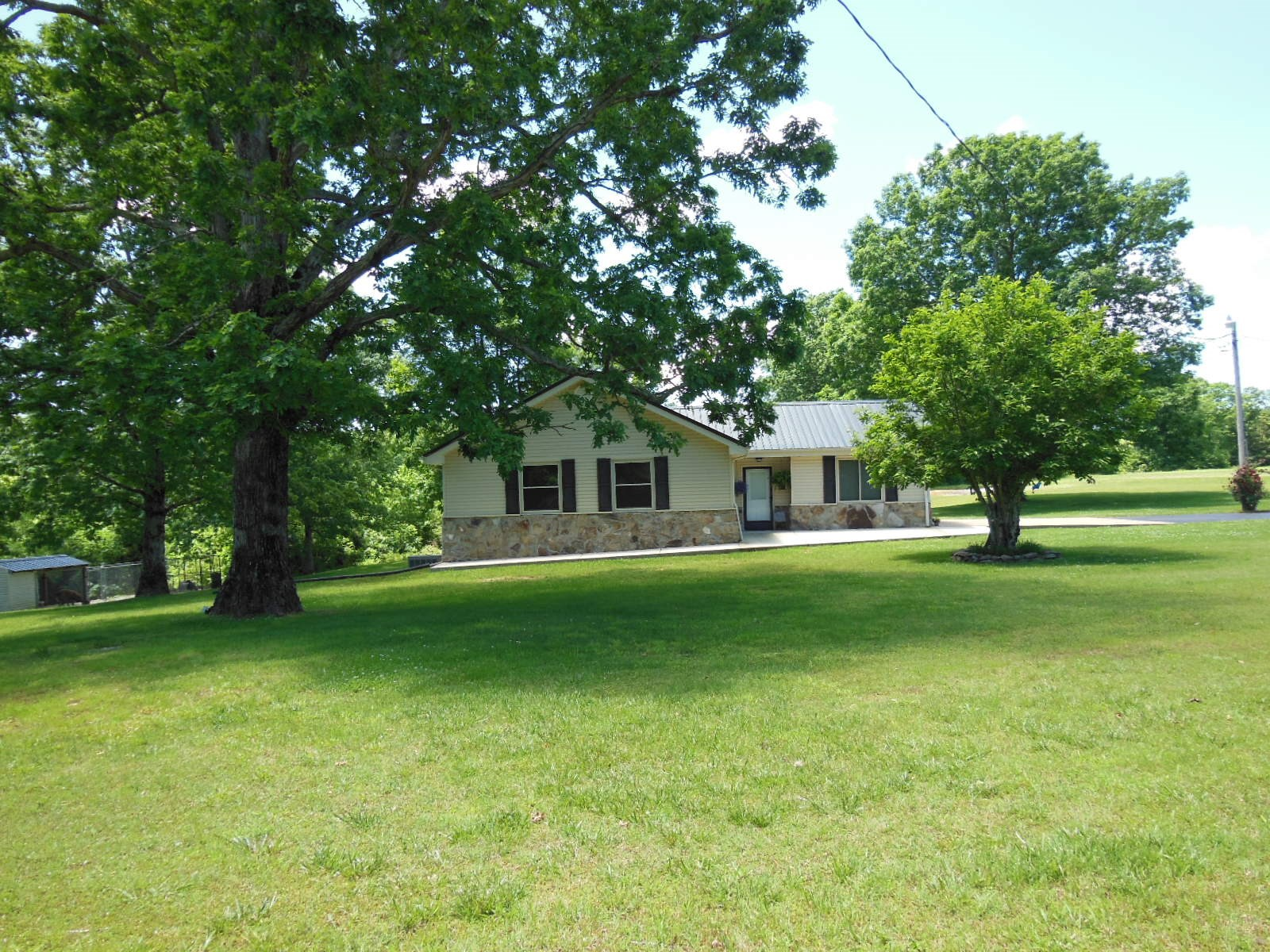3BR HOME FOR SALE NEAR BUFFALO RIVER WITH SHOP, POOL