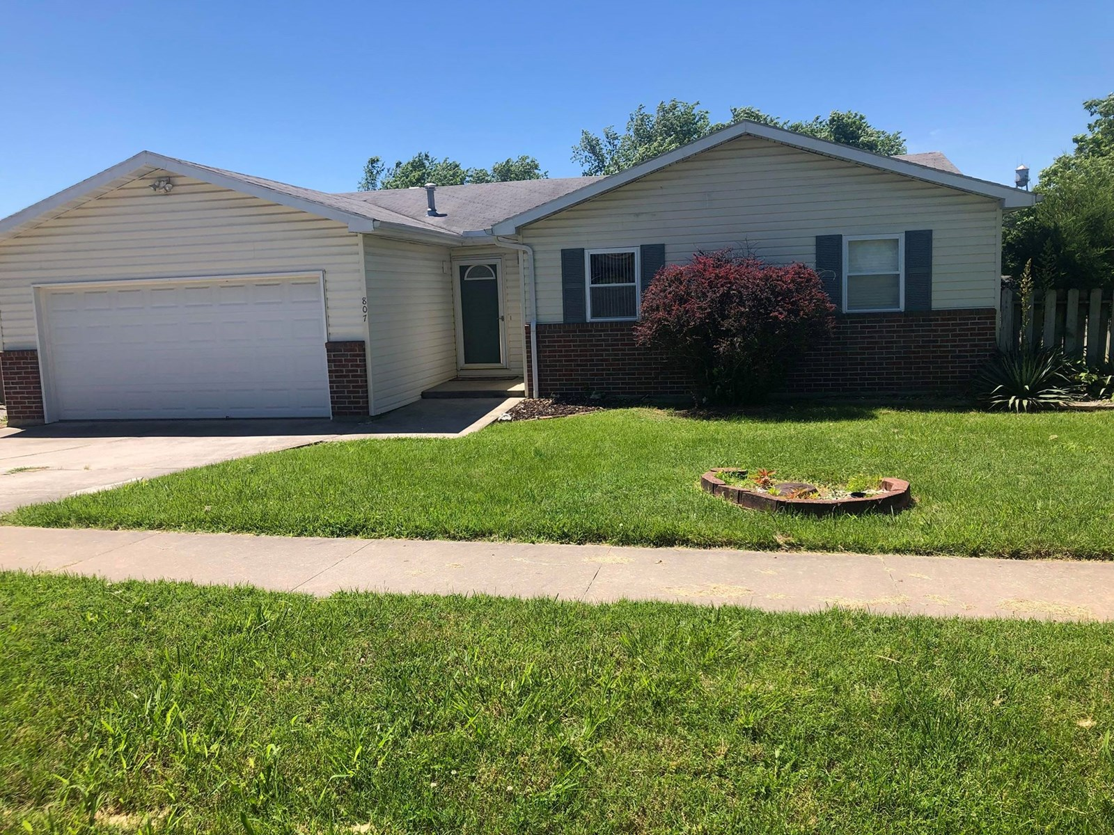 Clean house for sale in Ava, Mo. Move in ready!