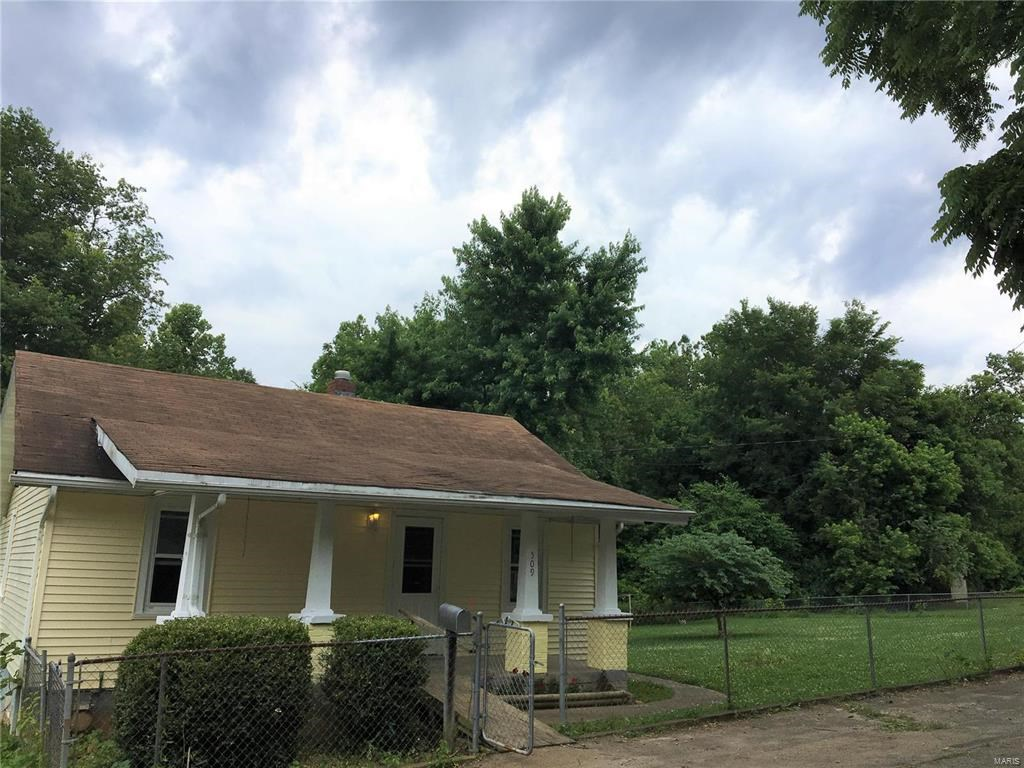 HOME IN FREDERICKTOWN, MO. W/ FENCED DOUBLE LOT:
