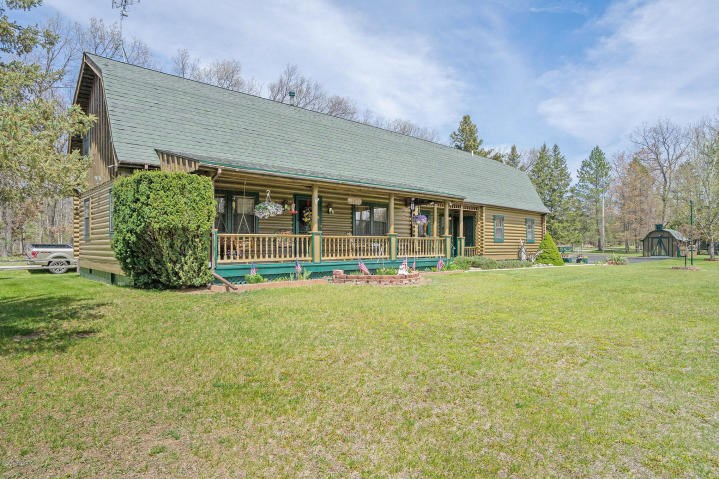 Quality log home with a versatile floor plan in Walhalla