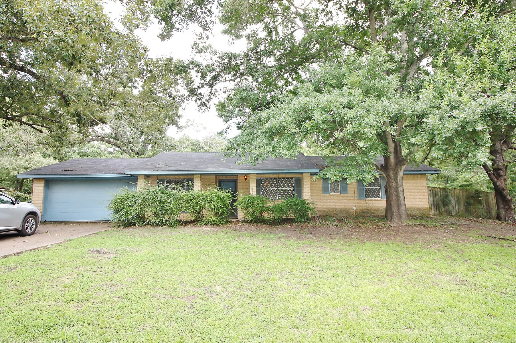 Brick Home in Town for Sale in Buffalo, TX