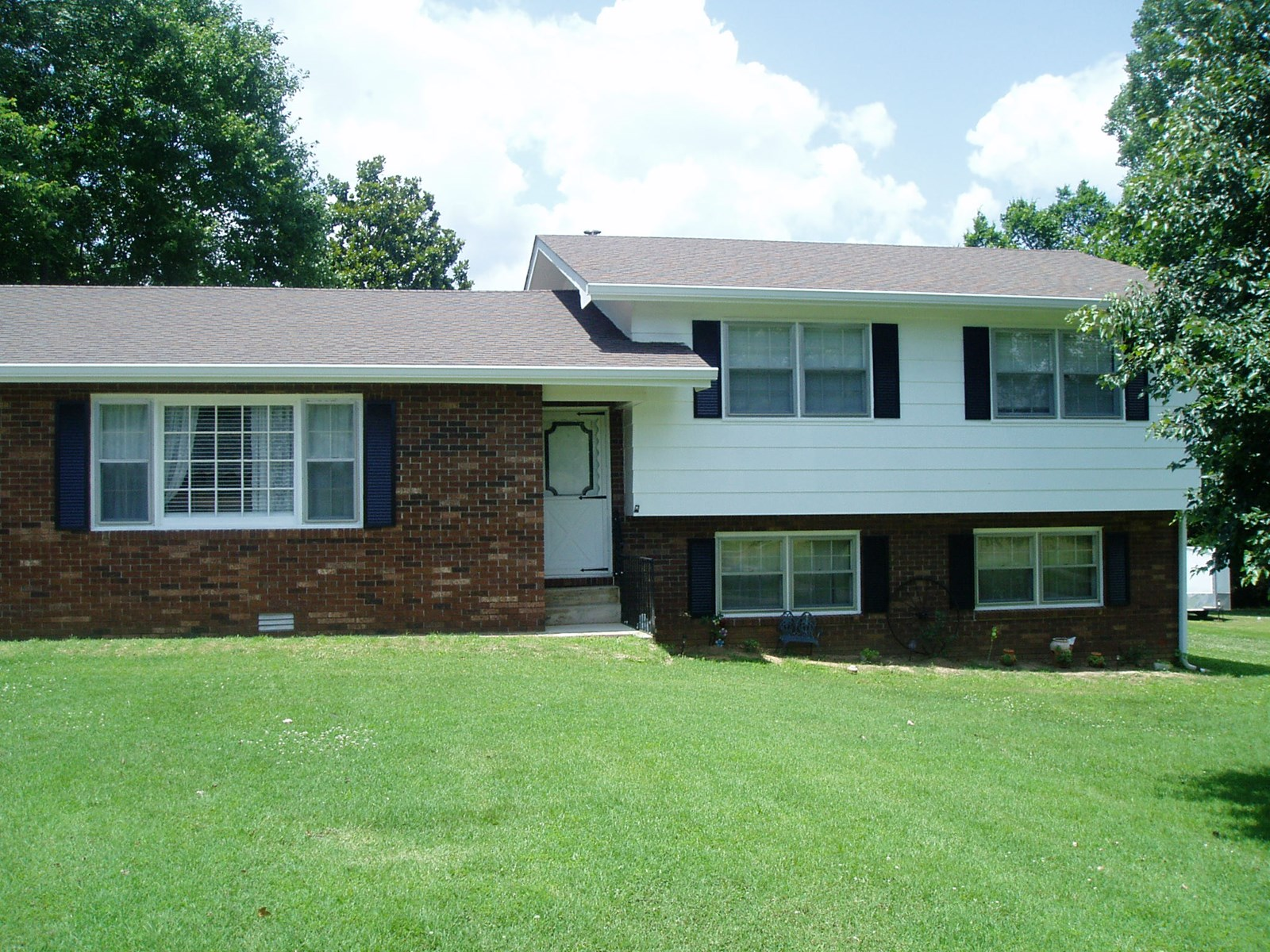Very nice three bedroom 3 bath home close to Current River